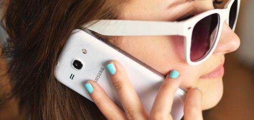 osoba okulary przeciwsłoneczne kobieta smartfon infolinia