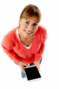 Kobieta z tabletem sprawdza ranking abonamentów