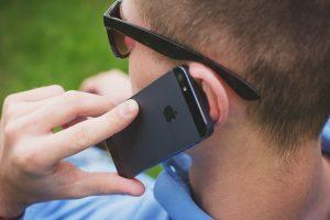 Mężczyzna rozmawiający przez telefon.