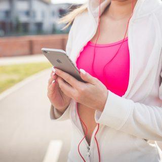 kobieta smartphone na karte